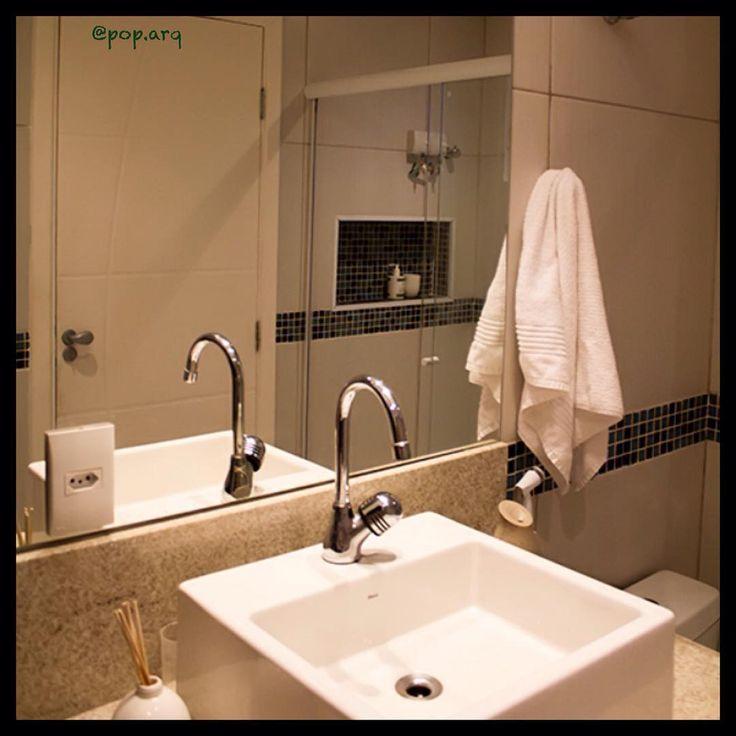 Banheiro que projetamos com bancada de granito e nicho no box embutido na alvenaria para apoio de shampoo. O rodameio em pastilhas coloridas combinando com o fundo do nicho dá charme para o ambiente clarinho 😉 #arqtips #arquitetura #granito #pastilha #bathroom #banheiro #instaarq