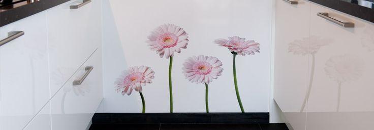 Pink Gerberas op Pimp Superior op de zijwand bij Heleen, Nienke en Marcel, onze Pimp Supereior platen zijn ook geschikt voor de zijwand in de keuken!
