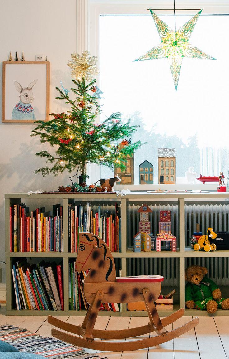 Barnens lekrum pyntas med minijulgran från trädgården. Kaninposter av Kajsa Wallin.