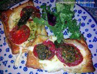 Szybkie tarty z mozarellą i pomidorem / Puff pastry with mozarella and tomato