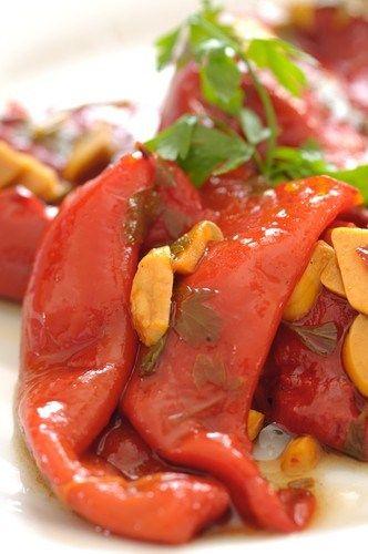 Салат из разноцветных перцев с базиликом на гриле