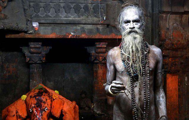 Un sadhu Naga, ou nu hindou saint homme, pose pour une photo après avoir pris un bain sacré dans le fleuve Godavari cours de Kumbh Mela, ou Festival Pitcher, au Trimbakeshwar à Nasik, Inde, le dimanche 13 Septembre 2015. Les hindous croient prendre un bain dans les eaux d'une rivière sainte pendant le festival, seront les purifier de leurs péchés.  (Photo par Rafiq Maqbool / AP Photo)