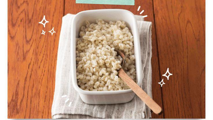 ここ数年、アサイーにチアシード、ココナッツオイルと、さまざまなスーパーフードが話題になっています。そして次に来ると言われているのが「もち麦」。現代人に不足しがちな栄養素の1つ「食物繊維」を豊富に含んでいるのが、注目を集めているゆえんです。