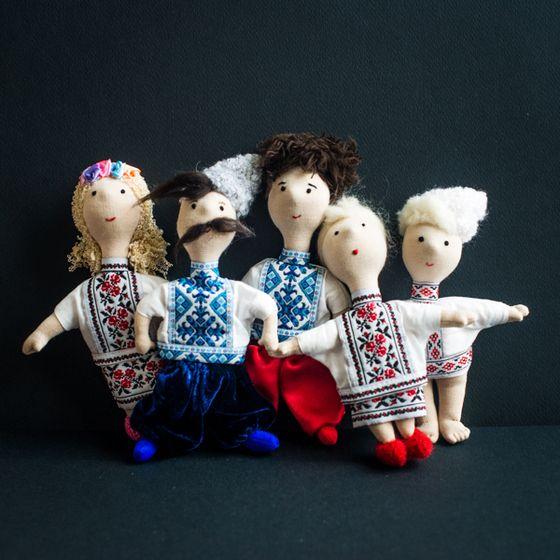 Une petite famille ukrainienne. Poupées en tissu en costumes ukrainiens. Chaque personnage est fait main par les artisans ukrainiens, ils nous sont fournis par l'atelier Omikse.  La poupée peut servir de jouet ou de décoration.  Les tailles des poupées (hauteurs) :  Papa moustachu et fils chevelu - 19 cm  Maman à la couronne - 17cm  Mamie aux chaussons rouges - 15 cm  Bébé - 15 cm