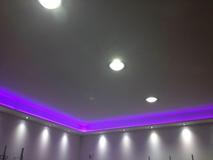 una veletta a soffitto illuminata con una striscia led viola