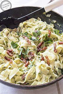 Zobacz zdjęcie Makaron z pesto z pora i wędzonym boczkiem Liczba porcji: 2  Składniki  makaron (dla dwóch osób) 120 g wędzonego boczku 2 duże pory 5 ząbków czosnku 1 mały pęczek natki pietruszki 1 jajko oliwa sól pieprz  Instrukcja wykonania  Na patelni rozgrzać 1 łyżkę oliwy. Dodać pokrojony, wędzony boczek i smażyć, aż się ładnie podpiecze i wytopi się z niego tłuszczyk. Smażyć około 8 minut czasami mieszając. Boczek przełożyć z patelni na ręcznik papierowy, aby odsączyć z niego nadmiar…
