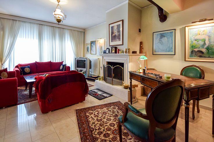 Παραδοσιακό σαλόνι με vintage γραφείο #realestate #efimesitiko #evros