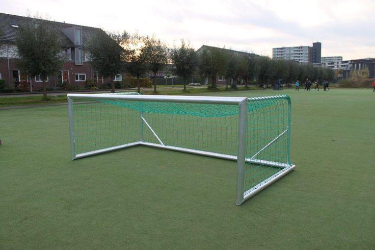 Primeur! Onze nieuwe dribbel-kantel voetbaloelen. Volledig gelast. 3 x 1 meter en 3 x 1,5 meter. Dus geschikt voor het mini-pupillen 4 tegen 4 spel en het Vlaamse dribbelspel.