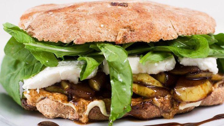 Un toque gourmet: Sándwich de peras tibias, queso Brie y berro.