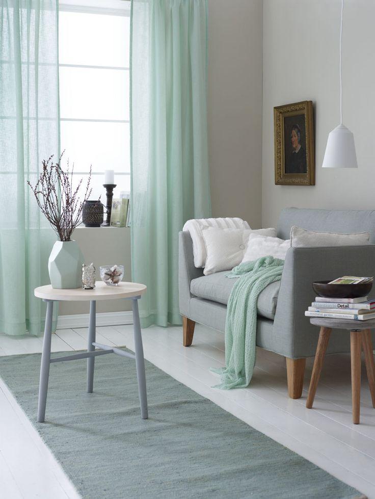Minty details, munt kleurige gordijnen en dekentjes. Het vaasje als decoratie ook in munt kleur maakt het een fris geheel