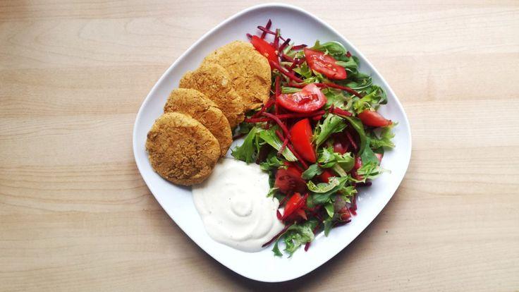 Kotlety z ciecierzycy - zdrowe, szybkie, tanie i banalnie proste. Idealne by zastąpić mięso w diecie i urozmaicić swoje posiłki.