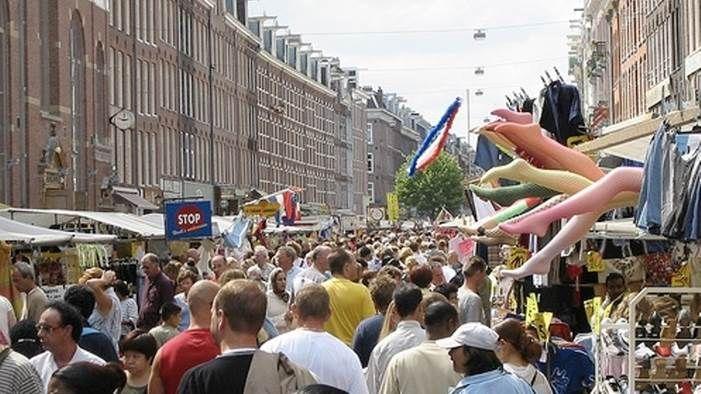 Waar vind je de echte Amsterdamse humor, de Amsterdamse sfeer en gemoedelijkheid? Juist, op de Albert Cuyp. Een dagje Amsterdam is niet compleet zonder een bezoek aan de populairste markt van Nederland. De 'Cuyp' bestaat al sinds 1905 en is na meer dan honderd jaar nog steeds ongekend aantrekkelijk voor Amsterdammers, kookliefhebbers, koopjesjagers, dagjesmensen, toeristen... voor wie eigenlijk niet? Met ruim 260 kramen is de Albert Cuypmarkt de grootste dagmarkt van Nederland. Een plek…