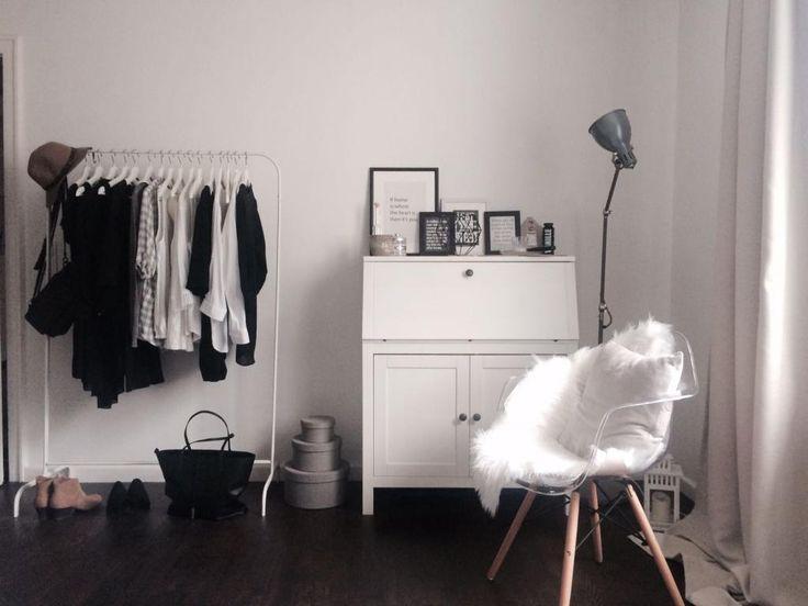 Kleiderstange, Kommode und Eames-Stuhl mit Schaffell. #Eames #Kleiderstange #Zimmer