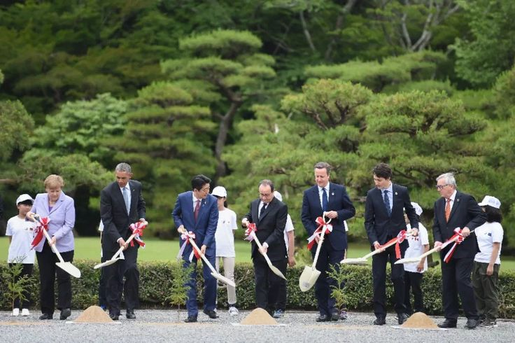 (L to R) Angela Merkel, Barack Obama, Shinzo Abe, Francois Hollande, David Cameron, Justin Trudeau and Jean-Claude Juncker take part in a planting ceremony at the Ise-Jingu Shrine in Ise (AFP Photo/Stephane de Sakutin)
