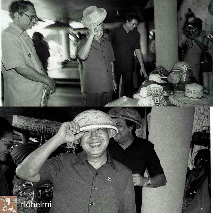 "@Regrann_App from @riohelmi -  Flashback ca 1986: Presiden Soeharto mengunjungi pameran kerajinan tangan di Hotel Nusa Dua Beach beserta Gubernur Ida Bgs Mantra dan Dirjen Pariwisata Joop Ave. Pak Harto mencoba beberapi topi saya jepret terus. Akhirnya Pak Harto berpaling kepada saya dengan.topi nelayan dan setengah bercanda nyeletuk: ""It's  not the hat it's the man who wears it"" ( ""bukan topinya [yg penting] tapi orang yang memakainya..."") #sejarahbali #ordebaru #soeharto #idabagusmantra…"