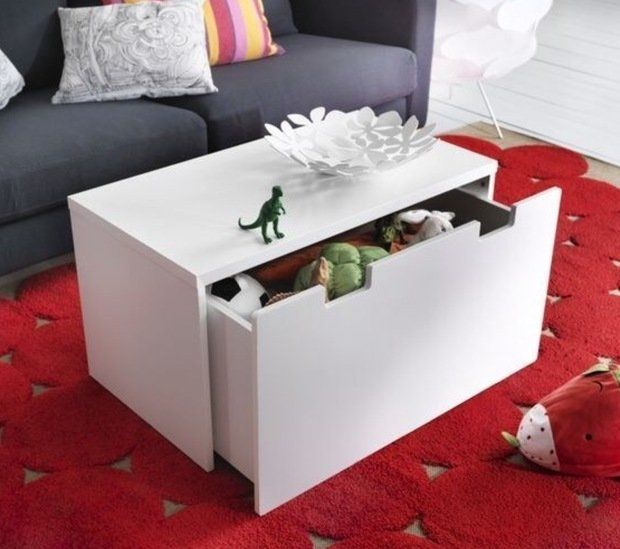 Ящик для обуви или детских игрушек может стать отличной альтернативой журнальному столику. А еще он поможет вам сэкономить дважды – пространство комнаты и бюджет.