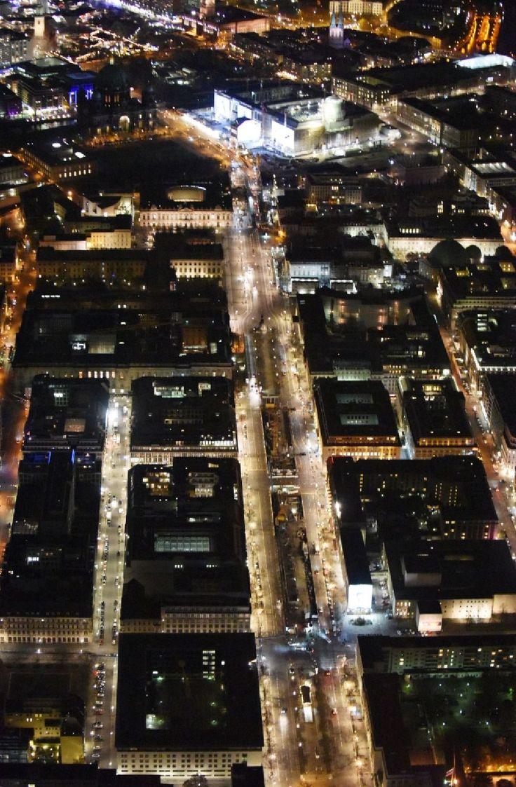 Nacht-Luftaufnahme Berlin - Nachtluftbild Umgestaltung des Schlossplatz durch die Baustelle zum Neubau des Humboldt - Forums in Berlin - Mitte