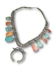"""Straordinaria collana tradizionale Navajo con, al centro, il motivo """"Naja"""" in fusione d'Argento. Si differenzia dalle tipiche ..."""