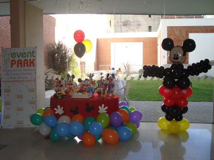 Mesa ambientada y Mickey corporeo