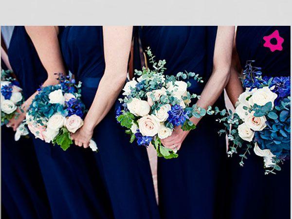 Vestido azul marinho combinando com os bouquets das madrinhas