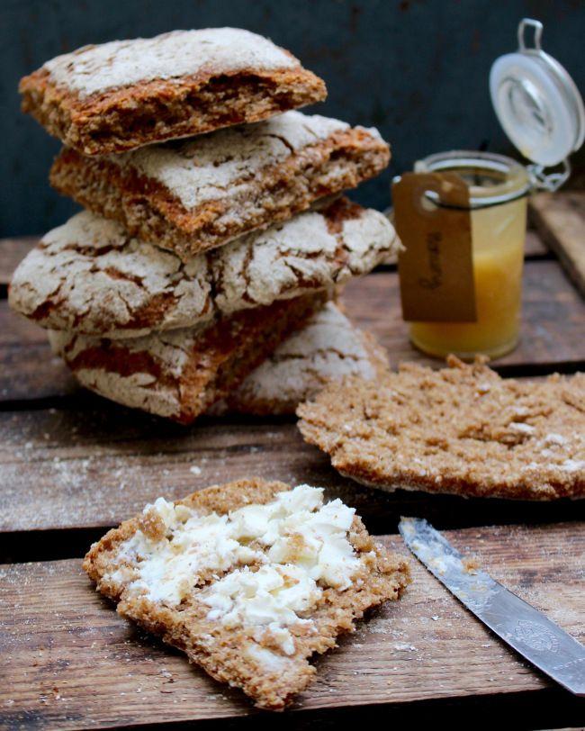 Saftiga, goda, nyttiga och lättbakade rågrutor. Nytt favoritrecept på frukostbröd! Det här är en typ av bröd som jag har haft i bakhuvudet och tänkt på att ta fram recept på under ett par år faktiskt.