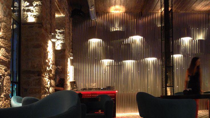 Κατασκευή φωτιστικού τοίχου από κυμματοειδή φύλλα τσίγκου στο Tin café bar. Δείτε περισσότερα έργα μας στο  http://www.artease.gr/interior-design/emporikoi-xoroi/