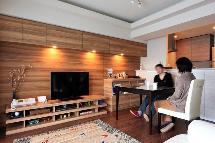 壁面にTVボードと収納棚を設置したリビングの写真