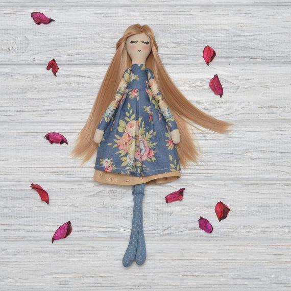 Vestido de muñeca de trapo en un profundo azul tela Muñecas muñecas hechas a mano muñecas hechas a mano tela muñeca niña regalo suave hija regalos muñecas para la venta _________________ ¡ Hola! Soy muñeca de tela hecha a mano y hermoso regalo para cualquier niña o mujer que quieres sorprender! Llevo Vestido de algodón de la impresión floral. Usted caerá en amor con mis medias de lunares. Soy hecho para jugar con. Así puede peine mi hermoso cabello castaño claro y estilo de la manera que te…