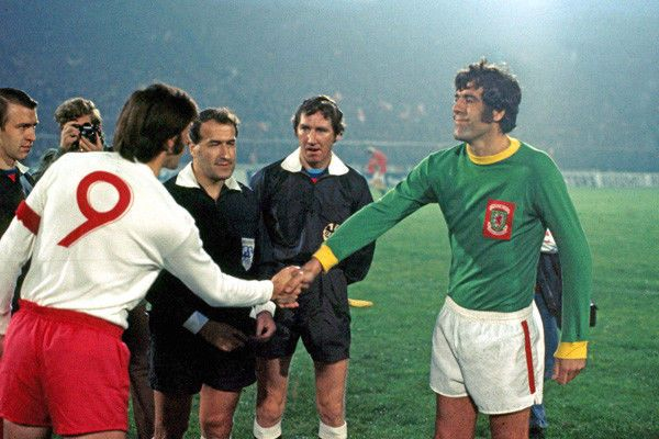 Poland 3 Wales 0 in Sept 1973 in Katowice. The team captains, Kazimierz Deyna and Mike England, meet before the World Cup qualifier.