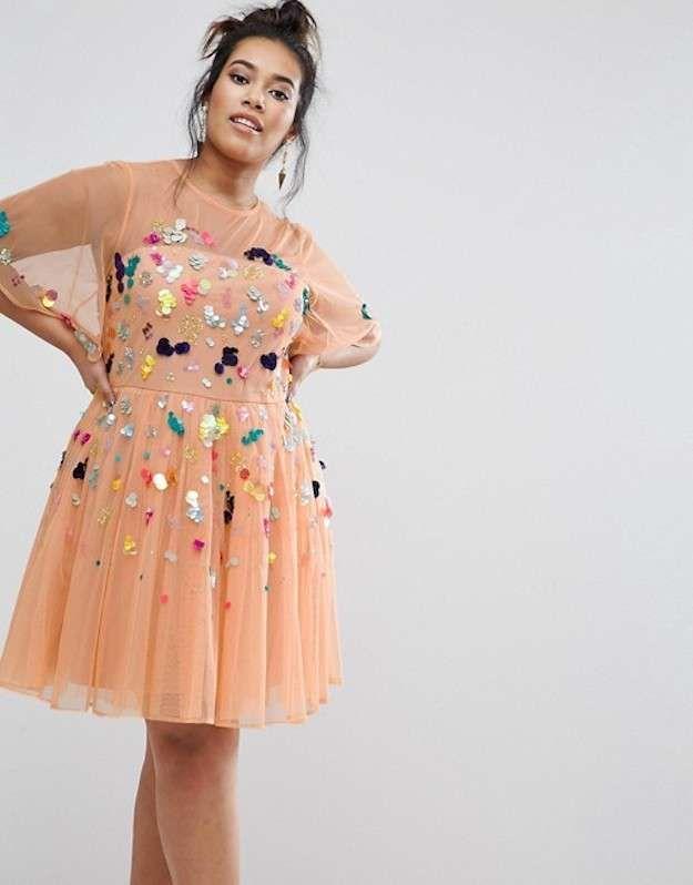 Un #minivestido de #moda #curvy para ir de #fiesta en color melocotón con #lentejuelas. Un bonito #diseño que esta hecho con #tul.