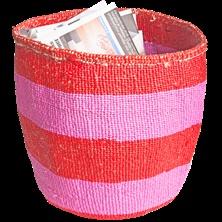 Raidallinen kenialainen käsinpunottu Kiondo-kori on sisalia ja muovinauhaa. Kori on pehmeä ja kestävä.