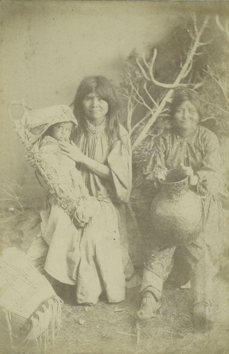 Portret van Indiaanse vrouwen en een kind behorend tot de stam der White-Mountain-Apaches, Arizona, 1883