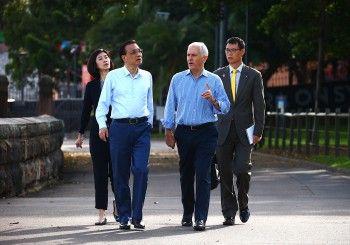 Footy diplomacy as Chinese Premier Li Keqiang and Turnbull kick trade goals
