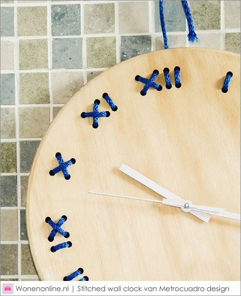 De Gestikte Muur Klok ontleent zijn schoonheid aan zijn eenvoud. Het is een slimme en speelse klok. Het stiksel komt tot stand door een 3 meter lang touw die ook wordt gebruikt om de klok mee aan de muur te hangen.