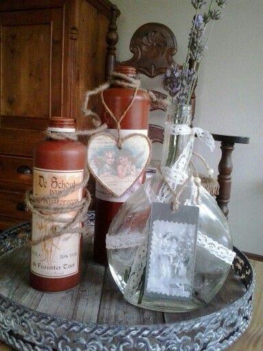 DIY. Oude Berenburg flessen, wijnfles, brocante kaartjes, touw en kant. Schikken op oud dienblad en je hebt iets leuks voor op tafel.