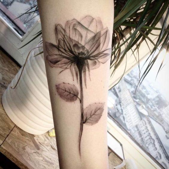 Stupendi e impalpabili tatuaggi con fiori ai raggi X