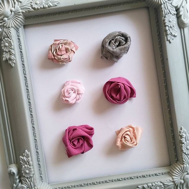 October. We had a sad start, but we will trust in the lord. He knows the best. I planed to make a diy month. I want to fill my stash with new things made out of things found in a normal household. This is my first, roses out of fabric scraps, glued together with woodglue. I love them 🌹 #diyephemera #diyembellishments #fabricflowers #fabricroses #diyroses #tabbysdiyoctober