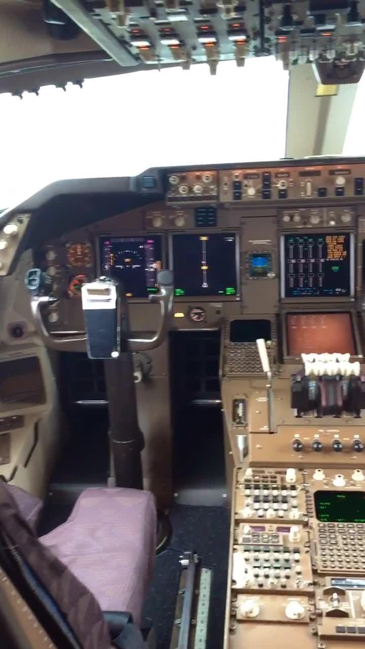 Fyuse - HUGE COCKPIT #aircraft#aviation#airplane#planes#cool#wow#nyc#fyuse#love#echo#art#cars#car#nature#pilot#sky#life#slowmo#selfie#360#BOEING#747