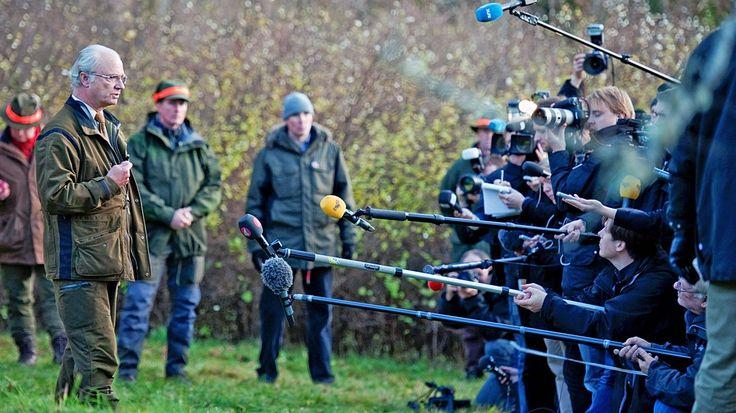 König Carl Gustaf von Schweden hält am 4. November 2010 zum Ende seiner jährlichen Elchjagd im Südwesten Schwedens eine Pressekonferenz. © dpa - Bildfunk