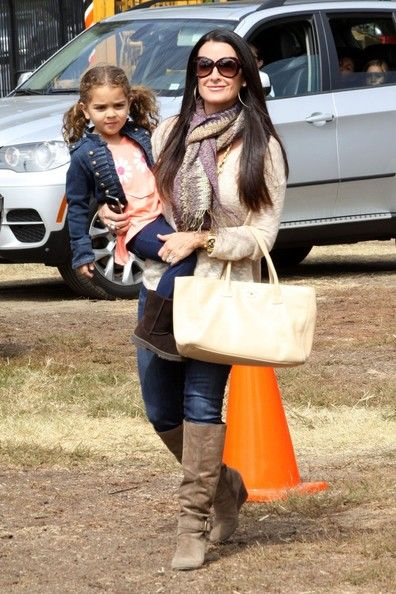 Kyle Richards Photos - 'The Real Housewives of Beverly Hills' star Kyle Richards seen selecting the perfect pumpkin with daughter Portia Umansky at the Mr Bones Pumpkin Patch in Hollywood - Zimbio