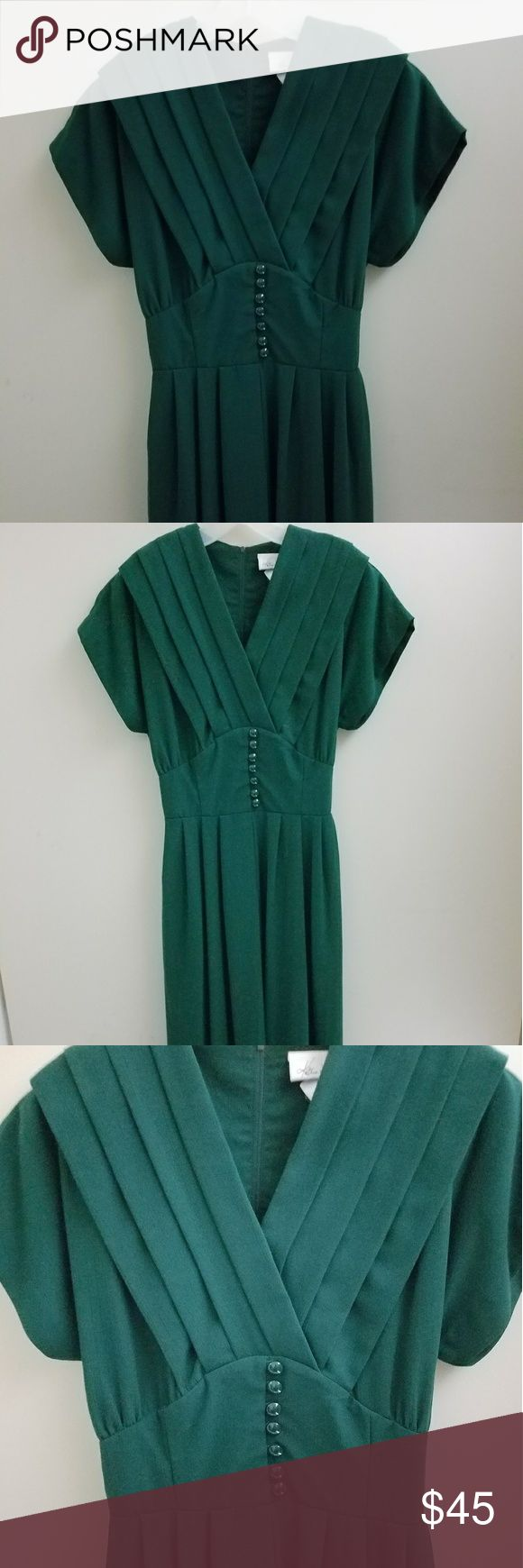 Gorgeous 80s Does 30s Emerald Dress Ahh, such a unique find! A vintage piece from the 80s or 90s meant to look exactly like a 1930s-40s dress. The silhouette is so sexy, but demur. In the S-M range. Vintage Dresses