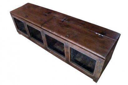 Cette vitrine d'exposition servait à un commerçant pour présenter sa marchandise. Une des utilisations qu'elle peut avoir est comme coffre à jouets, ou simplement en déco dans le salon, pour présenter quelques beaux objets. Origine : Inde. Dim. : H37 x L122,5 x P31