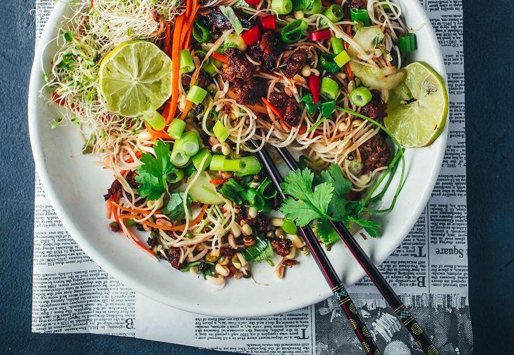 Tuleekohan nämä aasialaiset reseptit jo ihan korvista?Olen niin suuri aasialainen ruoan rakastaja, että se varmasti ja toivottavasti näkyy täällä blogissakin. Aasialainen on vieläpä siitä hyvä ja helppo ruoka, että se on todella helposti vegaanista ilman mitään kummempia kikkailuja.Voit helposti ottaa tavoitteeksi pitää viikossa vaikka yhden vegaanipäivän, kun käyt läpi näitä…