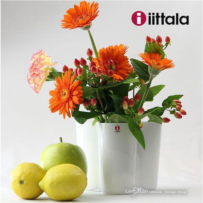 イッタラ 花瓶 白 フラワーベース ホワイト アールト 花瓶 おしゃれ ガラス  アルヴァ・アールトがデザインした「Aalto Vase」は、1937年のパリ万博フィンランド館のために行なわれた「ガラスデザイン」コンペに出品するためにデザインされました。フィンランドの湖をモチーフにしたとされるこのデザインは、優雅な曲線を活かしてお花を上手に活けることができます。