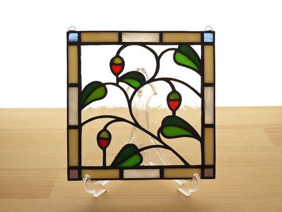 赤い実が可愛らしいステンドグラス ミニパネルです。アンティーク風の図案で、リビングやキッチン、ベッドルームなどどんな場所にもなじみます。パネル上部には吊り下げ...|ハンドメイド、手作り、手仕事品の通販・販売・購入ならCreema。