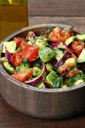 Gurken, Tomaten und Avocado Salat  Gurken, Tomaten und Avocado Salat   Zutaten 1 Englische Gurke 4 Roma-Tomaten 3 reife Avocados ½ rote Zwiebel ¼-Tasse Koriander Saft von 1 Zitrone Salz und schwarzer Pfeffer nach Geschmack 2 EL. Extra natives Olivenöl Anleitung Legen Sie in Scheiben geschnittenen Gurken, Tomaten, Avocados, Zwiebeln und Koriander in einer großen Salatschüssel. Toss mit Olivenöl, Zitronensaft, Salz und Pfeffer.