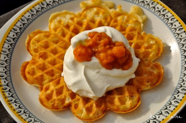 Waffles with cloudberry preserves (hjortronsylt), my mouth waters at the sight. Winter skiing at Drottningholm and wafflor in the summer kitchen. Great memories.