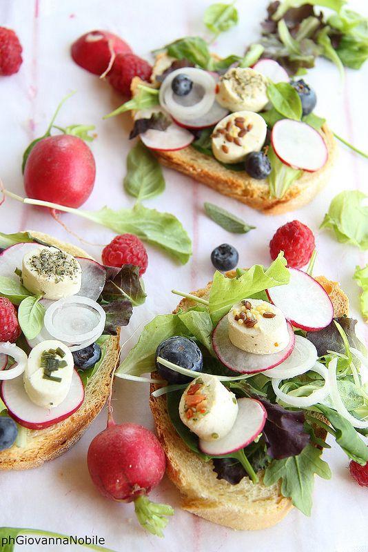 Bruschette con formaggio caprino, insalata misticanza, rapanelli e frutti di bosco