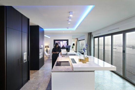 アムステルダム人工島のペントハウス アムステルダムの人工島に立つマンションの10階にあるペントハウス。アムステルダム中央駅や観光名所のヨルダン地区を望む。ダイニングに置かれたリサイクル材のテーブルはオランダのピート・ヘイン・イーク、照明器具はフランスのフィリップ・スタルクによるデザイン。