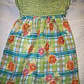 une robe de printemps pour poupée 30/35 cm haut en ruban vert tilleul , bas en tissu fleuri